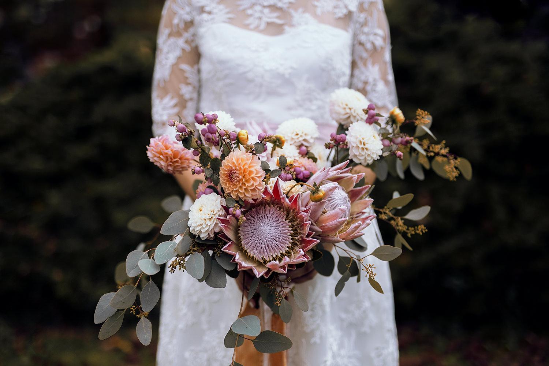 Eine Hochzeit im Herbst: Kleid aus Rosenspitze Spitze mit Seidengürtel und Woll-Stola, herbstlich und elegant, das perfekte Outfit für alle Herbst- und Winterbräute, romantische Hochzeitsfotos, gefühlvolle Hochzeit und Trauung, Herbstshooting