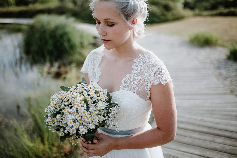 Hochzeitsshooting, Brautshooting, Boho Wedding, Leipzig, Gut Haferkorn, Hochzeitsfotos Leipzig, Heiraten auf Gut Haferkorn, Spitzenkleid, Schleifenfänger, Flechtfrisur, Schleierkraut, Getting Ready