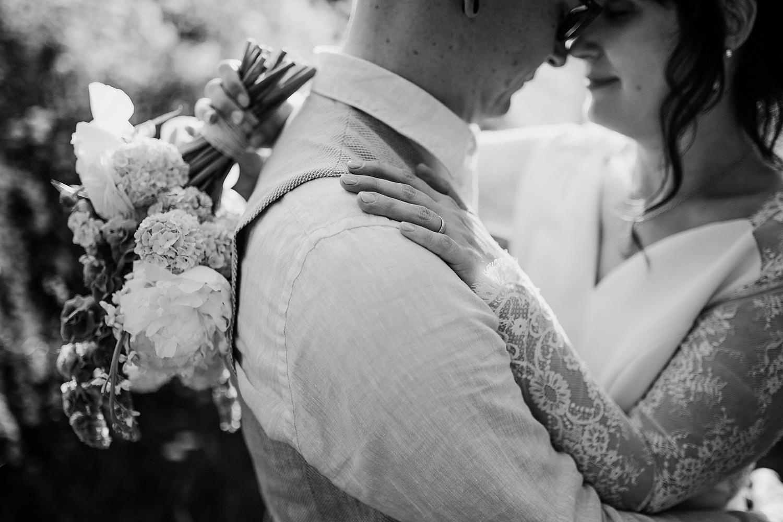 Wedding, Erna Primula, Hochzeitsshooting, Brautshooting, Boho Wedding, Leipzig, Clara-Zetkin-Park, Hochzeitsfotos Leipzig, Heiraten in Leipzig, Spitzenkleid, Schleifenfänger, Flechtfrisur, Schleierkraut