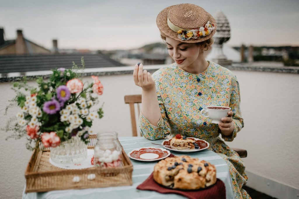 Vintage Fashionshooting Victoria Vintagemädchen Sostrene Grene Picknick Terrasse Rooftop Picnick Blumenstrauß (12)