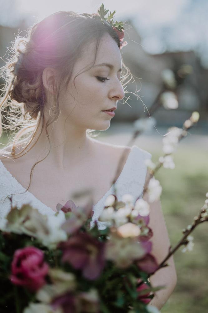 Erna Primula Wedding Shooting Hochzeitsfotos Leipzig Schleifenfänger Patisserie Unplugged Blumenkranz Fräulein Anneli Mermaid Dress Spitzenkleid Hochzeitskleid Brautkleid Brautshooting Brautpaar Braut